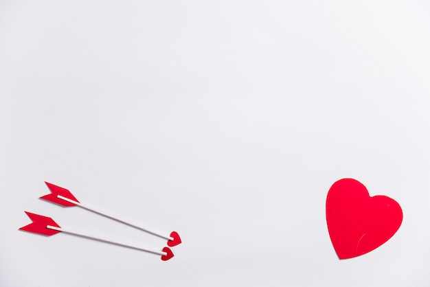 Petit Coeur Avec Deux Flèches D'amour Photo gratuit