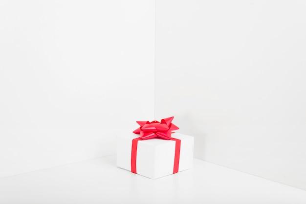 Petit coffret cadeau avec archet sur table Photo gratuit