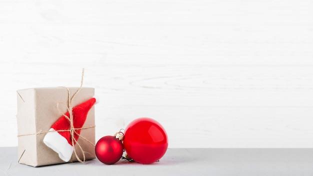 Petit coffret cadeau avec des boules sur une table Photo gratuit
