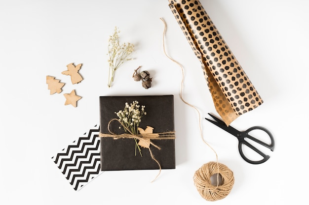 Petit coffret cadeau avec papier d'emballage sur table Photo gratuit