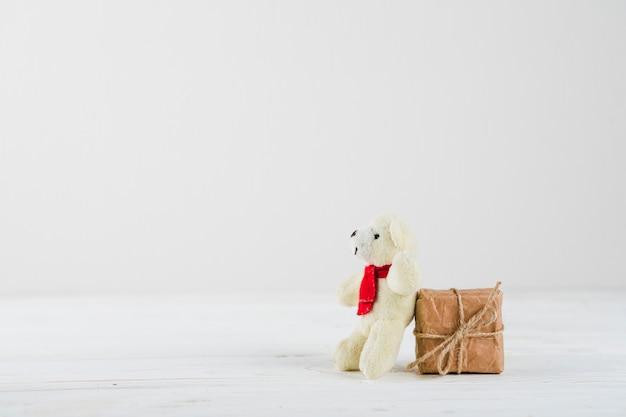 Petit Coffret Avec Ours Blanc Sur Table Photo gratuit