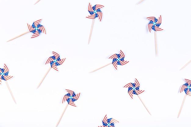 Petit décoré avec roulettes de drapeau des états-unis sur fond blanc Photo gratuit