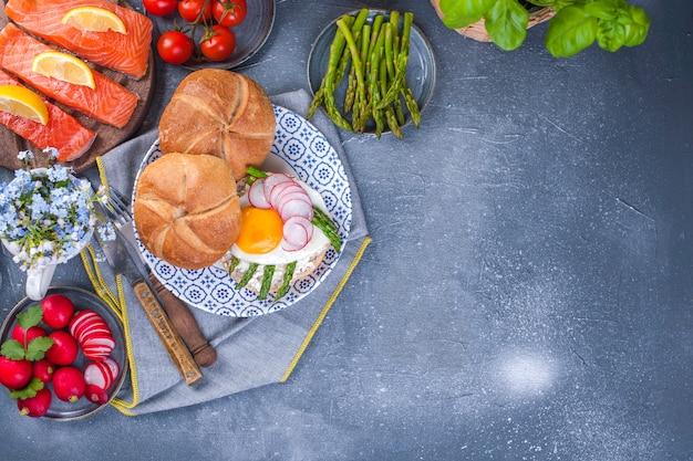 Petit déjeuner avec asperges et oeuf au plat pour le petit déjeuner. Photo Premium