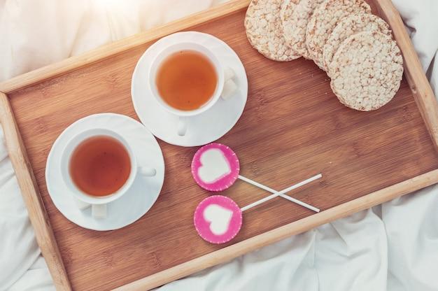 Petit déjeuner au lit à la saint valentin Photo Premium