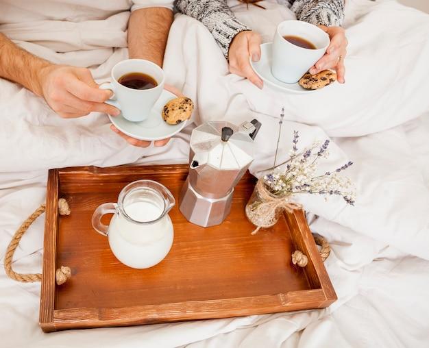 Petit déjeuner au lit Photo gratuit