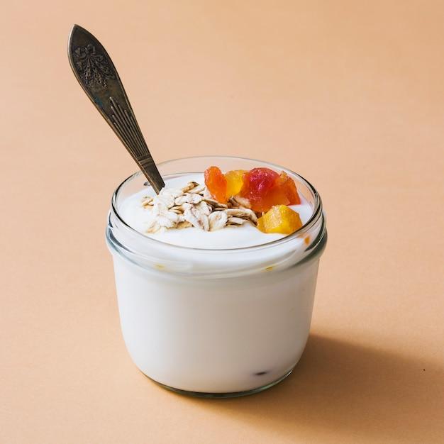 Petit déjeuner au yaourt avec des fruits secs et des garnitures d'avoine Photo gratuit