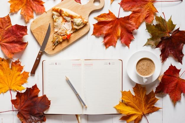 Petit-déjeuner d'automne avec café, pizza et agenda. concept de la vue de dessus Photo Premium