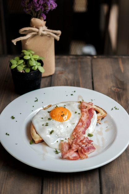 Petit déjeuner aux œufs et au bacon Photo gratuit