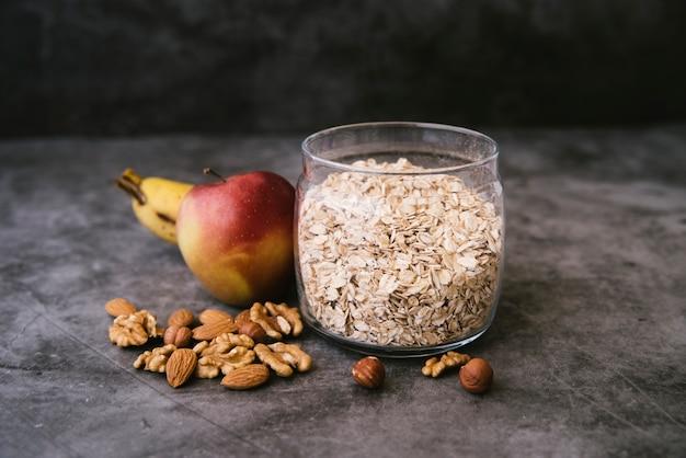 Petit-déjeuner d'avoine et de fruits Photo gratuit