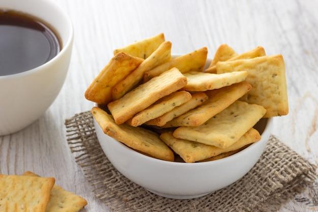 Petit Déjeuner - Biscuits Craquelins Salés Secs Et Café Photo Premium