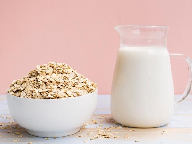 Petit-déjeuner avec bol d'avoine et lait Photo gratuit