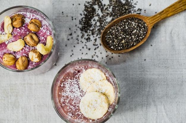 Petit-déjeuner Bol De Smoothie, Tiré D'en Haut. Repas D'aliments Biologiques Sains Dans Une Surface Rustique Naturelle Photo Premium