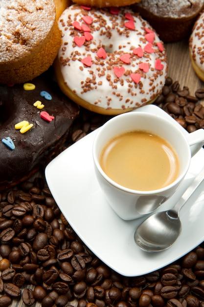 Petit-déjeuner avec café et beignets Photo Premium