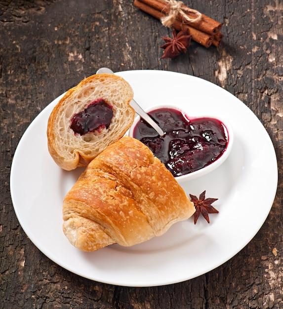 Petit Déjeuner Avec Café Et Croissants Frais Photo gratuit