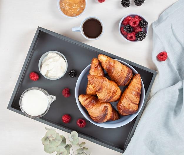 Petit déjeuner avec café, croissants Photo Premium