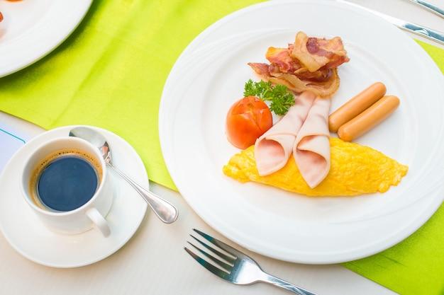 Petit déjeuner et café noir chaud Photo Premium