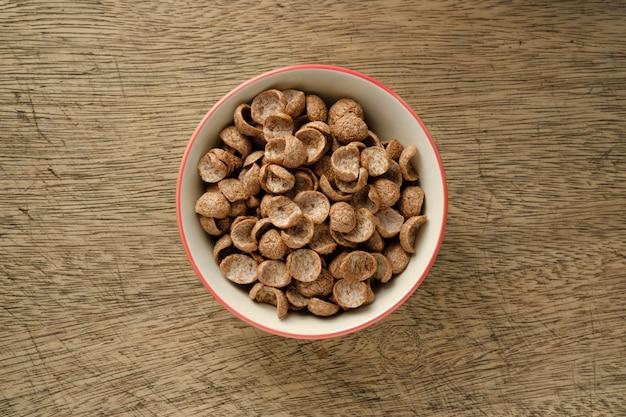 Petit Déjeuner De Céréales Dans Un Bol Sur Fond En Bois Photo Premium