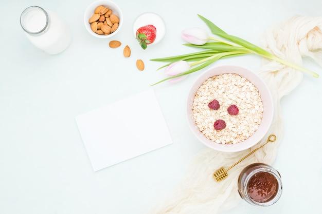 Petit déjeuner avec des céréales et des fruits Photo gratuit