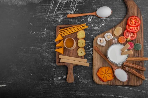 Petit-déjeuner Avec Des Craquelins Et Des Légumes Isolés Sur Fond Noir Photo gratuit