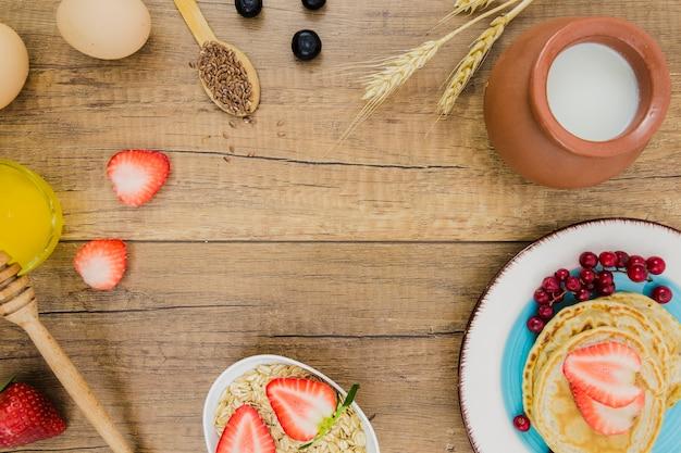 Petit déjeuner avec des crêpes et des fraises Photo gratuit