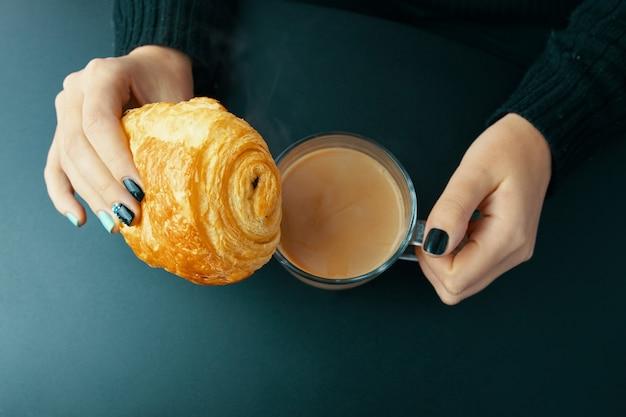 Petit déjeuner avec croissant français et café Photo Premium