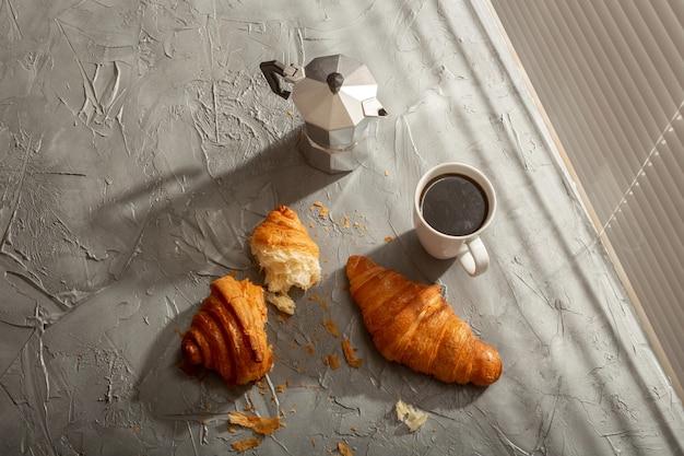 Petit-déjeuner Avec Croissant Sur Planche à Découper Et Café Noir. Concept De Repas Du Matin Et Petit-déjeuner. Photo Premium