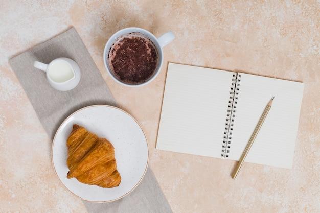 Petit déjeuner avec croissant Photo gratuit