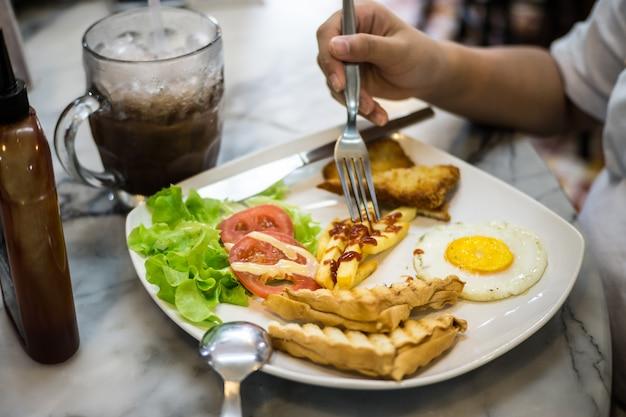 Petit-déjeuner dans l'aire de restauration Photo Premium