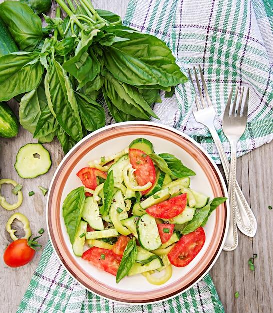 Petit Déjeuner Dans Le Jardin D'été. Salade De Tomates Et Concombres Aux Oignons Verts Et Basilic. Photo gratuit