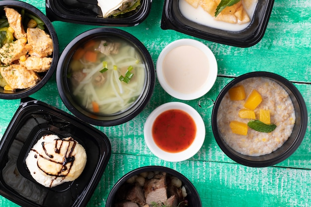 Petit déjeuner et déjeuner dans des récipients de nourriture Photo Premium