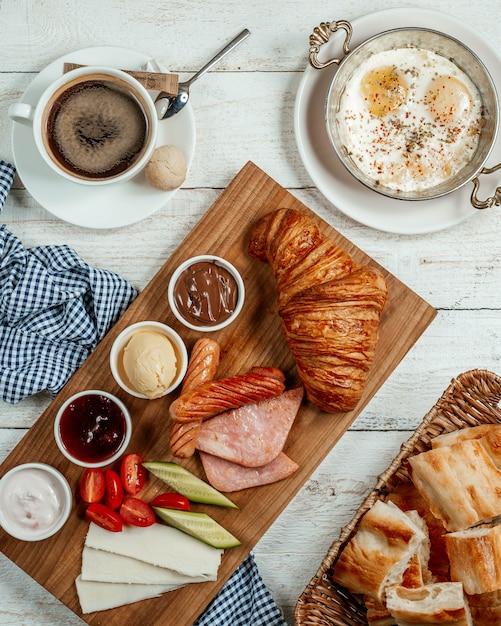 Petit-déjeuner avec divers aliments Photo gratuit