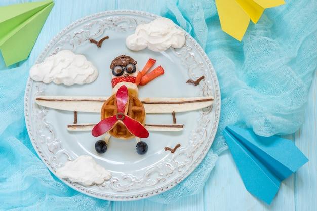 Petit Déjeuner Drôle D'avion Pour Les Enfants Photo Premium