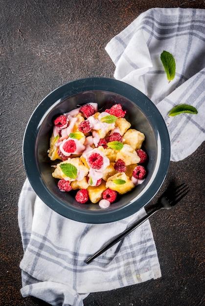 Petit-déjeuner d'été sain, gnocchis de caillebotte aux framboises Photo Premium