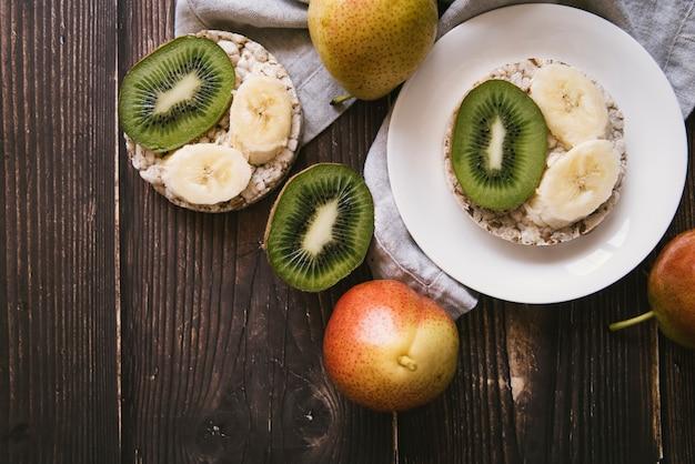 Petit déjeuner fruits vue de dessus sur fond en bois Photo gratuit