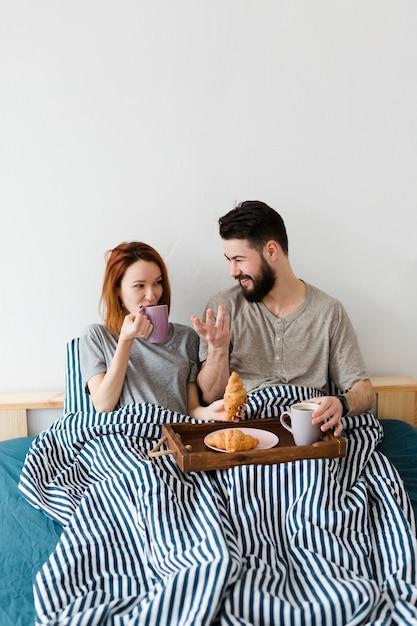 Petit Déjeuner Le Matin Au Lit Et Couvertures Photo gratuit