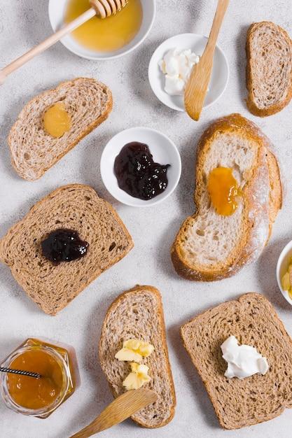 Petit Déjeuner Le Matin Avec Du Miel Et De La Confiture Sur Des Tranches De Pain Photo gratuit