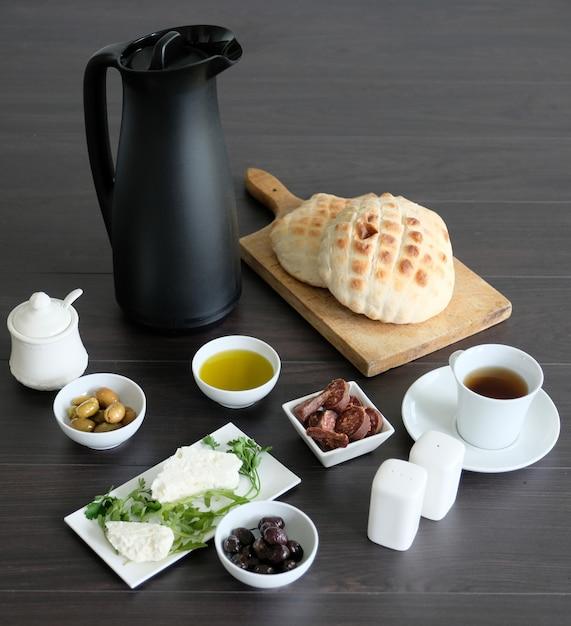 Petit déjeuner méditerranéen simple et sain Photo Premium
