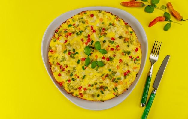 Petit Déjeuner Avec Omelette Aux Légumes Sur Une Surface Jaune Photo Premium