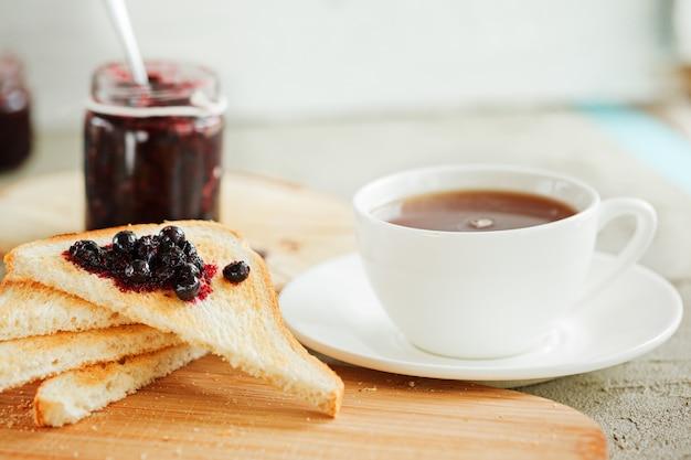 Petit déjeuner avec pain grillé et confiture de baies fraîches sur la table. Photo Premium