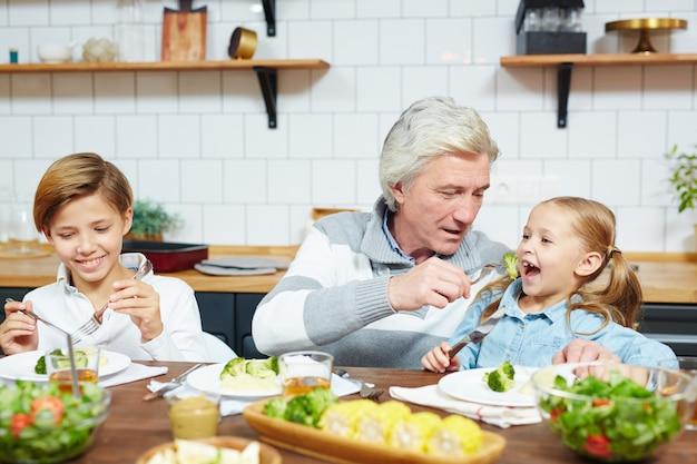 Petit déjeuner avec petits-enfants Photo gratuit