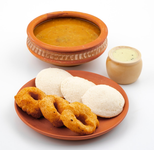 Petit-déjeuner populaire du sud de l'inde, idli, vada, sambar ou chutney Photo Premium