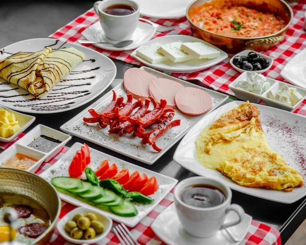 Petit déjeuner posé sur la table Photo gratuit