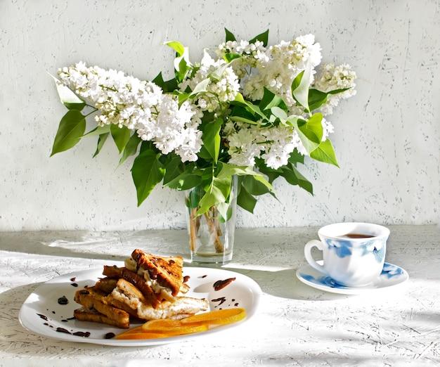 Petit déjeuner de printemps. 8 mars. journée de la femme. toasts pour le petit déjeuner Photo Premium