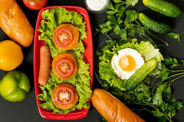Petit Déjeuner Protéiné à Plat Sur Fond Uni Photo gratuit