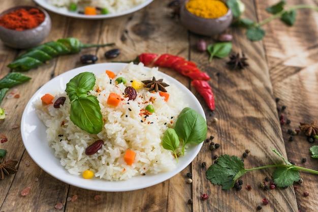 Petit-déjeuner sain sur une assiette avec du piment rouge et du persil Photo gratuit