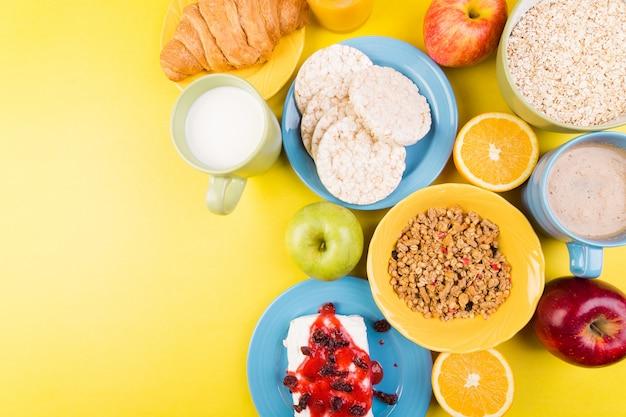 Petit-déjeuner sain, assortiment varié, jus d'orange, granola, croissant, café et fruits, Photo Premium
