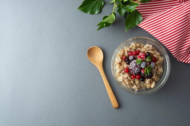 Petit-déjeuner Sain Avec De L'avoine, Des Baies Et De La Menthe. Gruau D'avoine Avec Fruits. Photo Premium