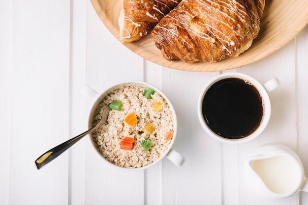 Petit-déjeuner sain avec de l'avoine et du café Photo gratuit