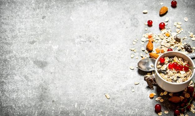 Petit-déjeuner Sain. Céréales Aux Fruits Rouges Et Aux Noix Photo Premium