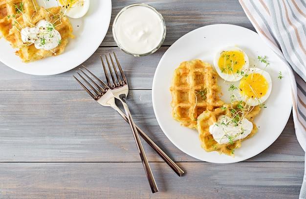 Petit-déjeuner Sain Ou Collation. Gaufres De Pomme De Terre Et œuf à La Coque Sur Une Table En Bois Gris. Vue De Dessus. Mise à Plat Photo gratuit